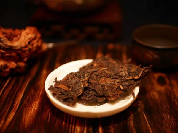 Photo of the Yang Qing Hao Tejipin pu-erh tea on a dark background